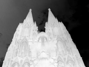 Diese Fotografie von Thorsten Hülsberg zeigt den digital stark verfremdeten Kölner Dom.