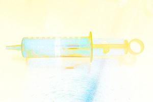 Dieses Bild von Thorsten Hülsberg zeigt eine farblich stark abstrahierte Spritze.