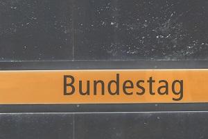 Diese farblich invertierte Ausschnittsfotografie von Thorsten Hülsberg zeigt eine Mauer mit der Aufschrift Bundestag.