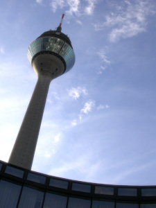 Diese Farbfotografie von Thorsten Hülsberg zeigt eine Stadtimpression aus Düsseldorf.