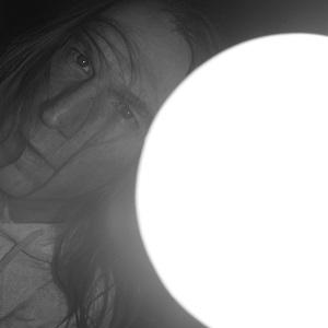Diese Schwarzweißfotografie von Thorsten Hülsberg zeigt ein Selbstportrait.