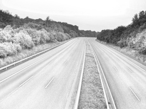 Dieses Graustufenfoto von Thorsten Hülsberg zeigt eine fast komplett leere A1 bei Leverkusen.