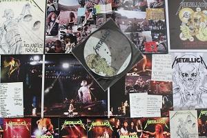 Diese Farbfotografie von Thorsten Hülsberg zeigt einen Teil des Inhalts der Deluxe-Box zu … And Justice For All von Metallica aus dem Jahr 2018.