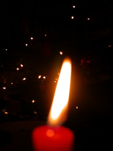 Dieses Farbfoto von Thorsten Hülsberg zeigt eine brennende Kerze in weihnachtlichem Ambiente.