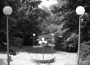 Die Schwarzweißfotografie von Thorsten Hülsberg zeigt einen menschenleeren Park in Stuttgart.
