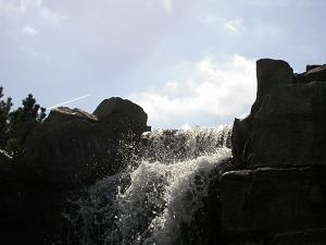 Dieses Farbfoto von Thorsten Hülsberg zeigt im Querformat einen Wasserfall.
