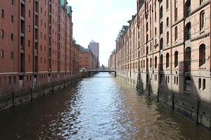 Farbfotografie von Thorsten Hülsberg zeigt die Speicherstadt in Hamburg.