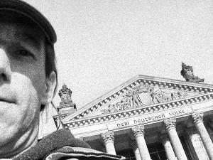 Dieses Graustufenfoto von Thorsten Hülsberg zeigt ihn vorm Bundestag in Berlin.