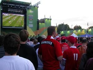 Dieses Farbfoto von Thorsten Hülsberg zeigt, wie euphorisch der Fußballsommer in Deutschland noch vor einigen Jahren aussah.