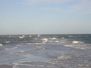 Diese Farbfotografie von Thorsten Hülsberg zeigt perfekte Wellen im dänischen Skagen, wo sich die Nordsee und Ostsee treffen.