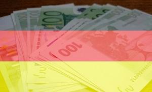 Diese Collage von Thorsten Hülsberg zeigt eine Deutschlandfahne und einige Geldscheine.