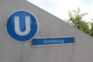 Diese Farbfotografie von Thorsten Hülsberg zeigt das U-Bahn-Schild des Bundestages in Berlin.