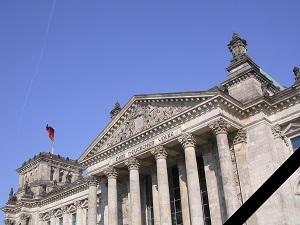 Diese Farbfotografie von Thorsten Hülsberg zeigt den Reichstag in Berlin versehen mit Trauerflor.