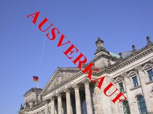 Dieses Farbbild von Thorsten Hülsberg zeigt den Reichstag in Berlin. Im 45 Grad Winkel steht in roter Schrift darüber AUSVERKAUF.