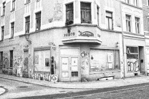 Diese Schwarzweißfotografie von Thorsten Hülsberg zeigt eine Straßenecke in Halle an der Saale.