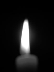 Diese Schwarzweißfotografie von Thorsten Hülsberg zeigt eine brennende Kerze.