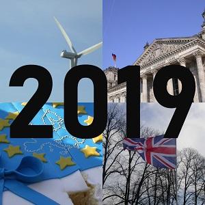 Diese Collage von Thorsten Hülsberg zeigt vier quadratische Farbfotos mit einem Windrad, dem Reichstag in Berlin, eine geteilte EU-Torte und die britische Fahne und in schwarz steht quer darüber 2019.