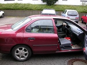 Hier sieht man ein Farbfoto von Thorsten Hülsberg mit einem beladenen Auto kurz vorm Start seiner Europareise 2004.
