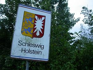 Diese Farbfotografie von Thorsten Hülsberg zeigt das Landesgrenzensschild Schleswig-Holstein.