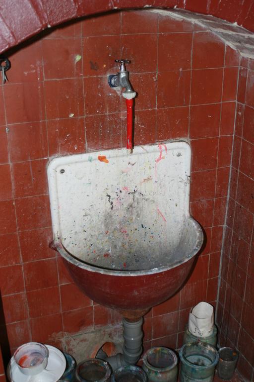 Waschbecken im Flur vor den ehemaligen Klassenzimmern