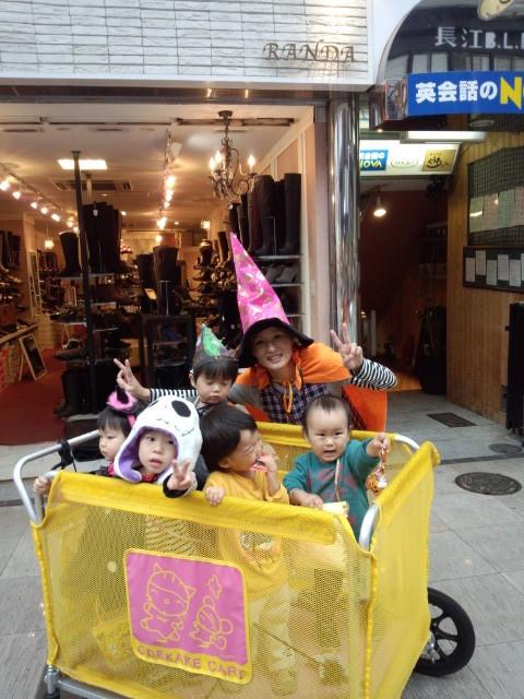 メガネは長江さんの店の前で