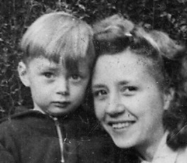 Mit meiner Mutter, als ich 2 Jahre alt war