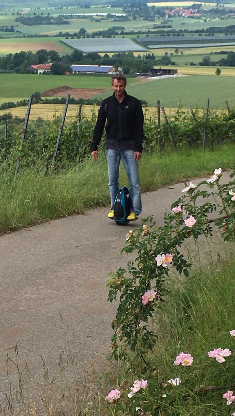 Unterwegs mit dem Inmotion V3-S und den Barfuss-Schuhen von leguano®.