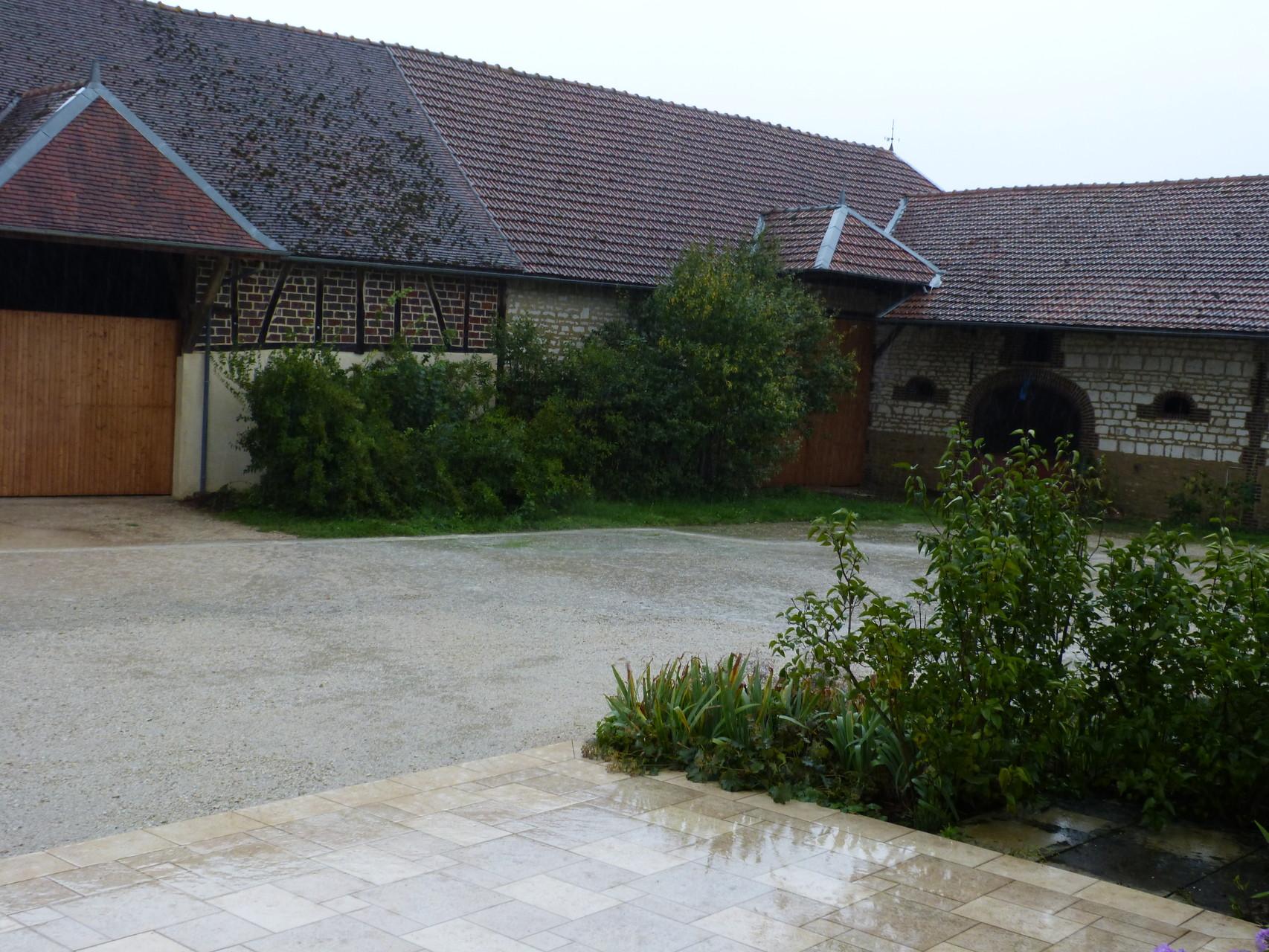 """cour chambre d'hôtes """"Les Furets"""" après la pluie septembre 2015"""