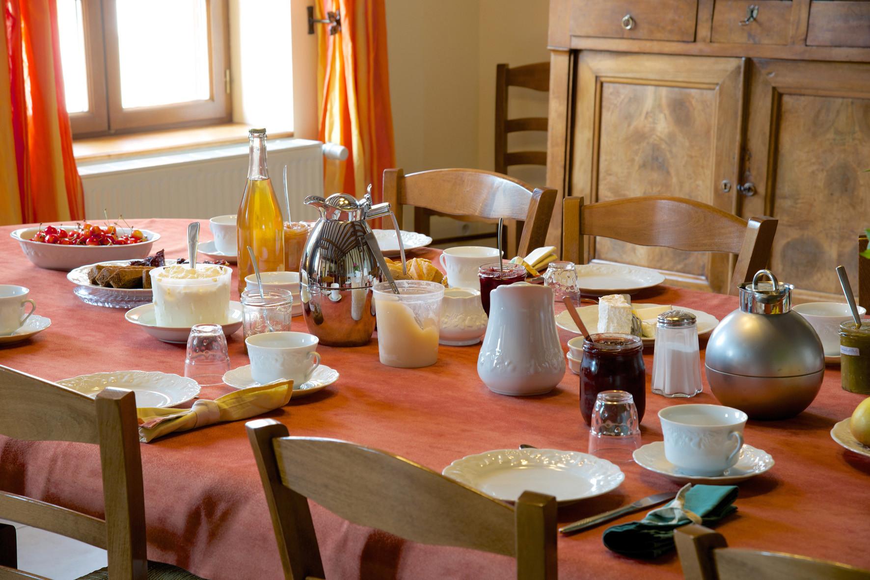 """table du petit déjeuner chambre d'hôtes """"Les Furets"""""""