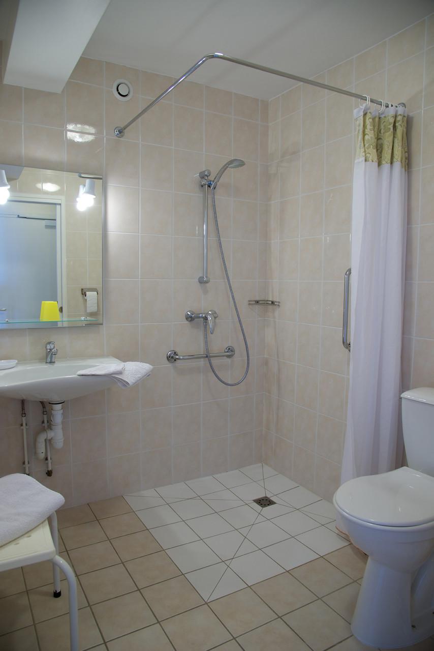 salle de bain accessible personne mobilité