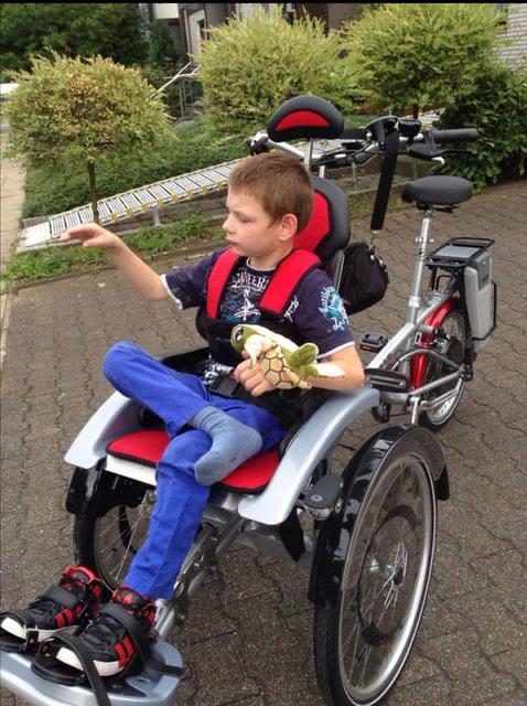 Robin auf einem Therapierad des Kinderhospizes; sein eigenes ist mittlerweile zu klein. (Foto: privat)