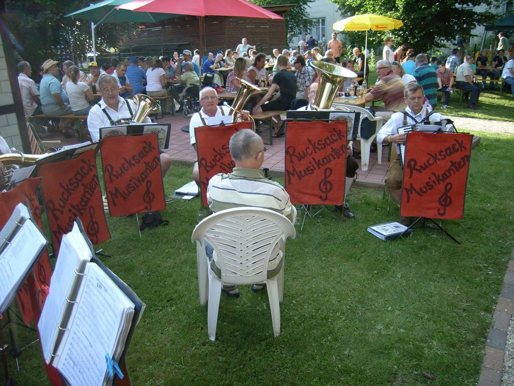 Rucksackmusiker mit neuem Dirigent