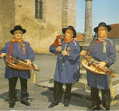 Paul NOUHANT (Musette, au centre), Albert DAUGERON (vielle, à droite), Marcel SOING (vielle, à gauche)