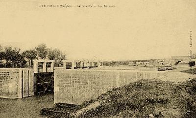 L'ecluse du Gouffre au début du XXe siècle. Entre le pont routier au fond, qui porte la départementale 938ter, et l'écluse, la Vendée franchit le canal de Vix au moyen d'un aqueduc