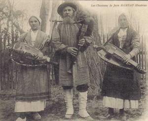 Jean RAMEAU et sa grande cornemuse (dernier joueur connu de grande cornemuse incrustée). Il est né à La Celle-Bruère (Cher) le 11 mars 1852 & mort à Pouligny-Saint-Pierre (Indre) le 23 avril 1931. Maître sonneur, poète et chansonnier, auteur de cartes.