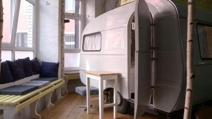 Verrücktes Hotelkonzept: Indoor-Camping im Hüttenpalast