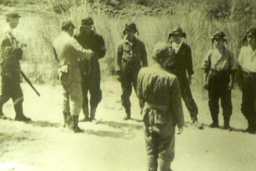 大西と敷島・大和隊員との訣別の水盃。出撃前の関大尉(左から三人目)