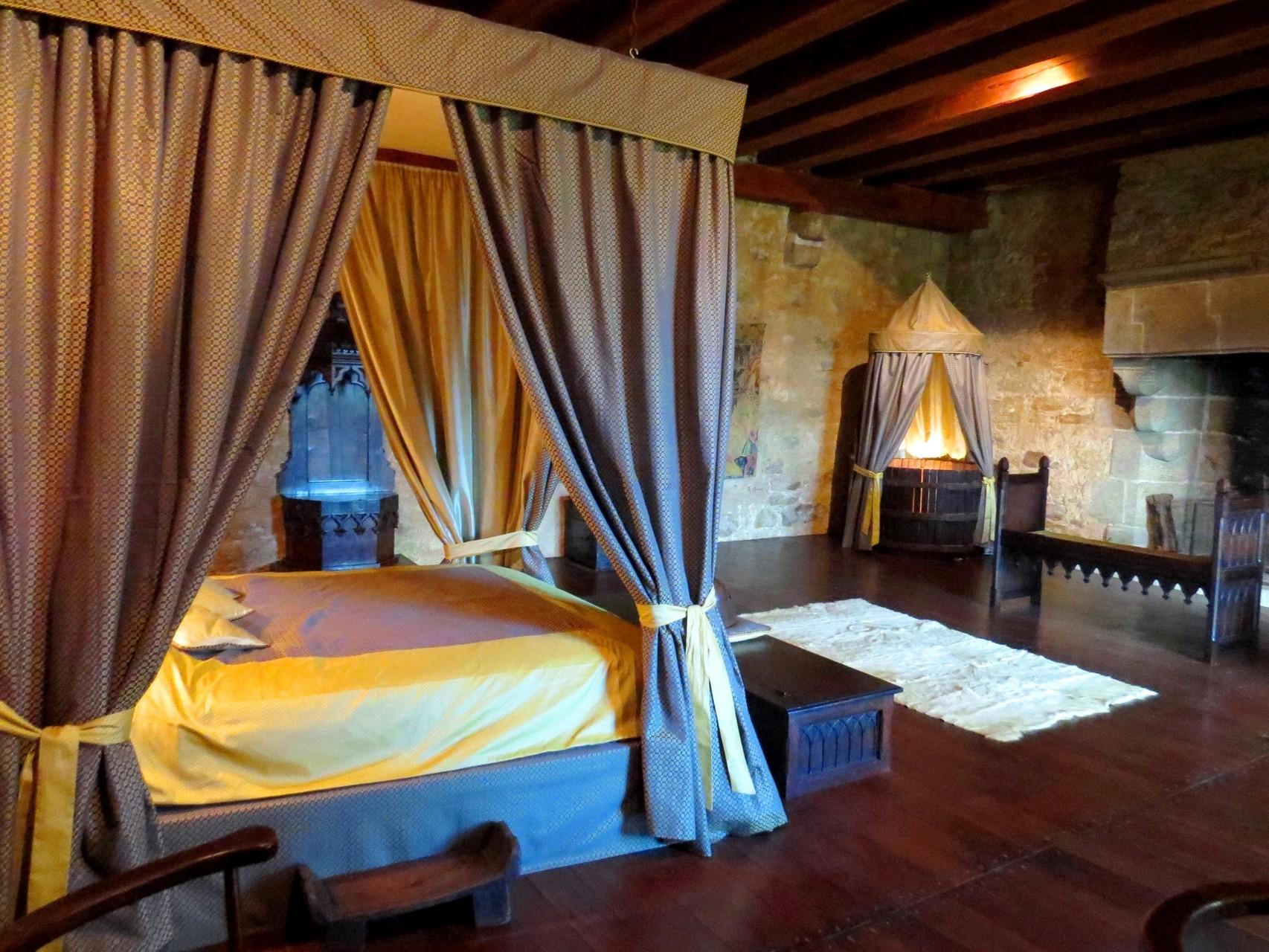 Chambre Seigneuriale au chateau-medieval de Tennessus