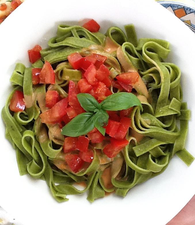 Grüne Nudeln mit Tomaten