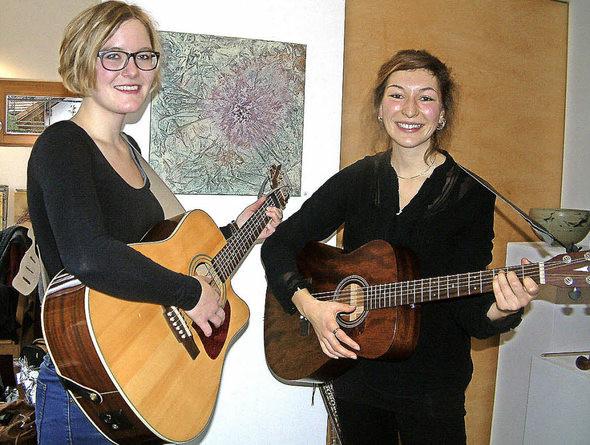 """Die Musikerinnen Martina Gschwind und Alisha Stöcklin vom Duo """"Reset"""" begeisterten die Zuhörer in der Galerie am Brühl in Gresgen mit eigenen Liedern und Coversongs aus Pop, Folk und Country. Foto: Roswitha Frey"""