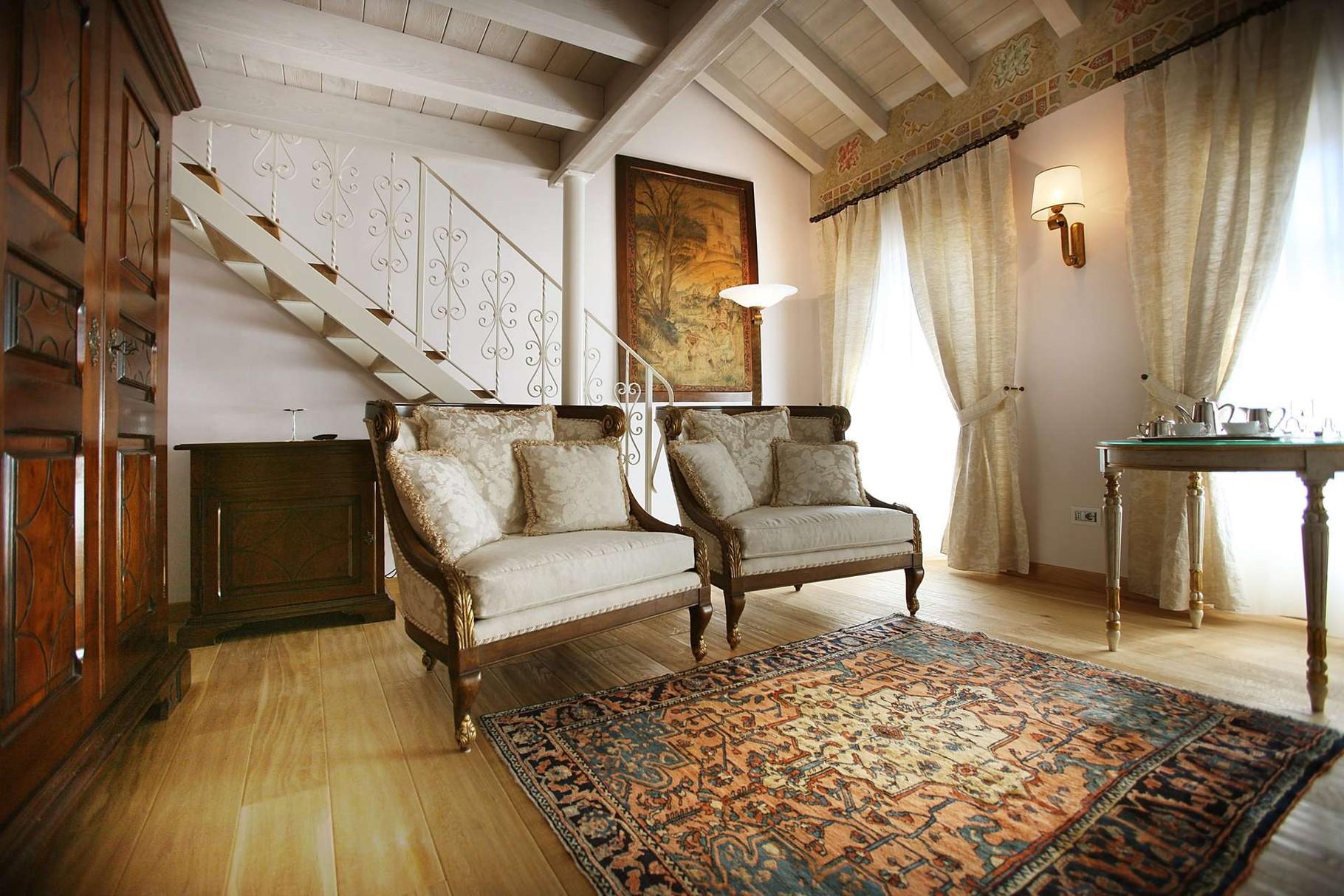 Innenbereich Relais Sogno di Giulietta mit antiken Möbeln und Holzboden