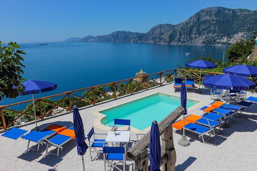 Pool mit Blick auf die Amalfiküste der Villa Il Frantoio