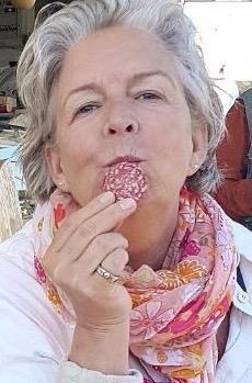 Katrine Lihn, Gastrosophin © Katrine Lihn beim Genuss einer Scheibe italienischer Salami