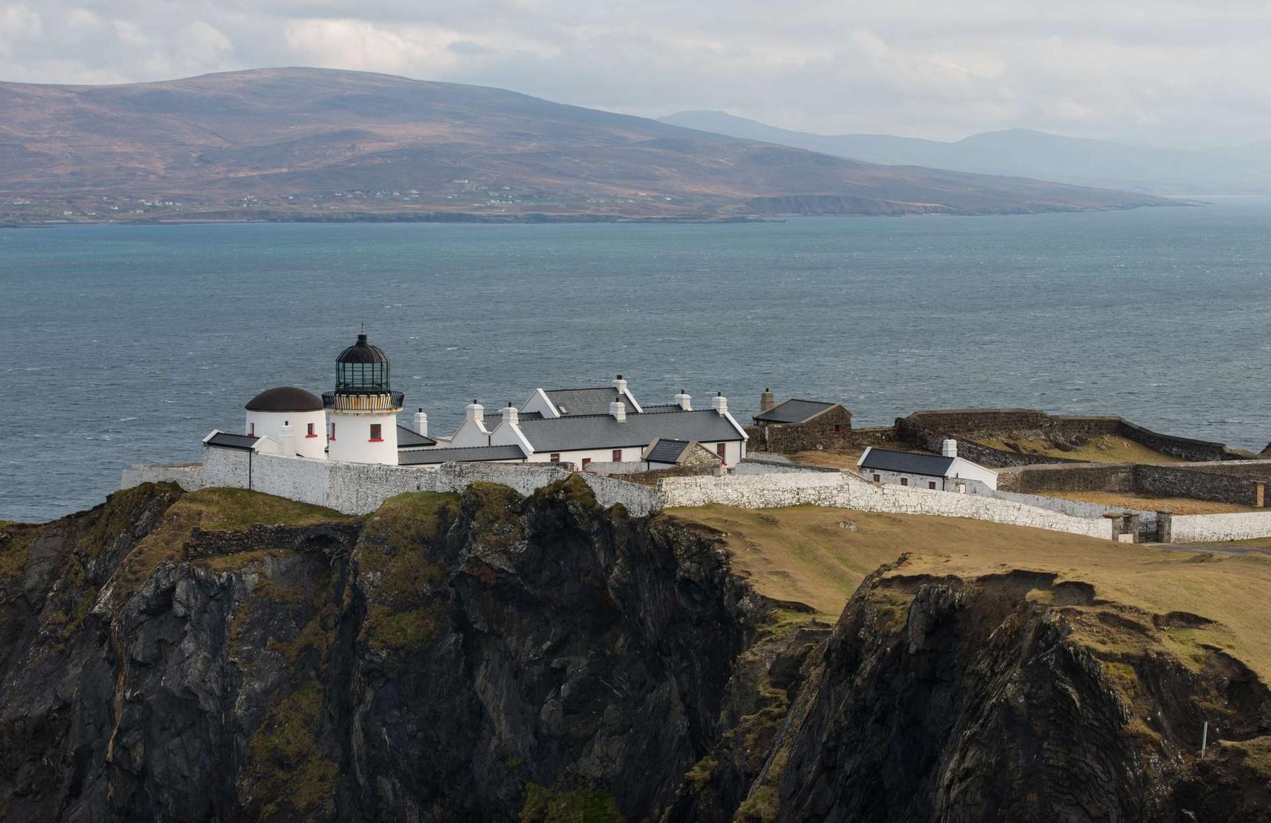 Clare Island Lighthouse - ausgesetzt auf den Klippen