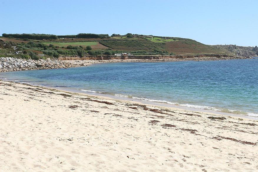 Weißer Naturstrand und türkisfarbenes Wasseer auf den Scilly Islands