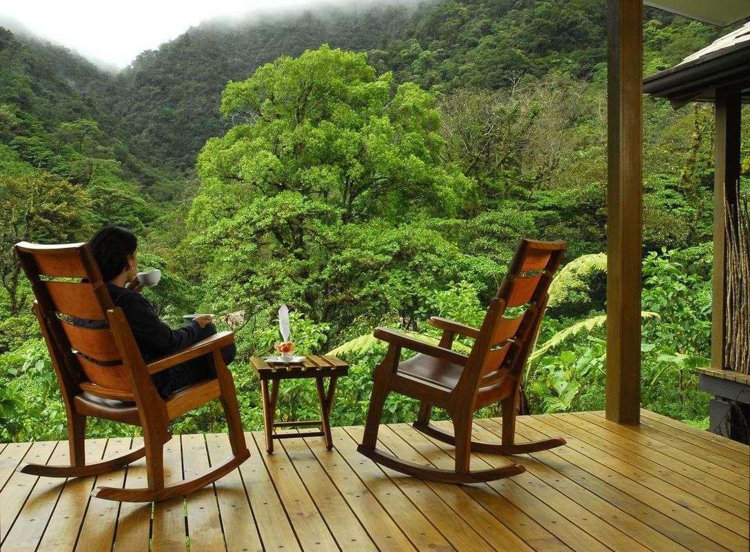 Blick von der Veranda eines Bungalows des Resorts El Silencio auf den Nebelwald