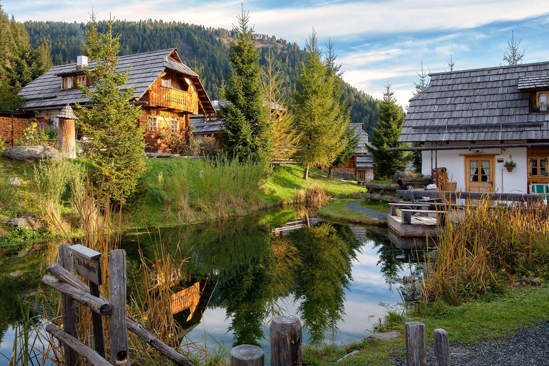 Almdorf Ansicht Hütten mit Teich
