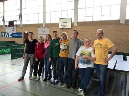 Die Teilnehmer der Tischtennis-AG (v.l.n.r. Fr. Schulze zur Wiesch, Tim, Ronja, Sebastian, Mike, Bastian, Kevin, Herr Nickel)