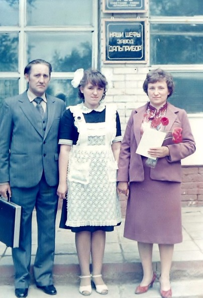 Выпускница школы №60 с родителями