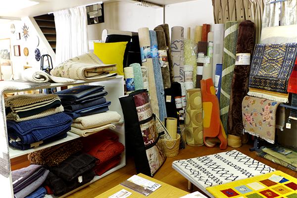 店奥の絨毯コーナー 色とりどりの絨毯が揃っています
